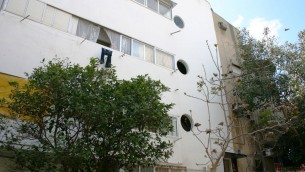 Des fenêtres hublots, une caractéristique architecturale commune à  Tel-Aviv, rue Ranak. (Photo: Shmuel Bar-Am)