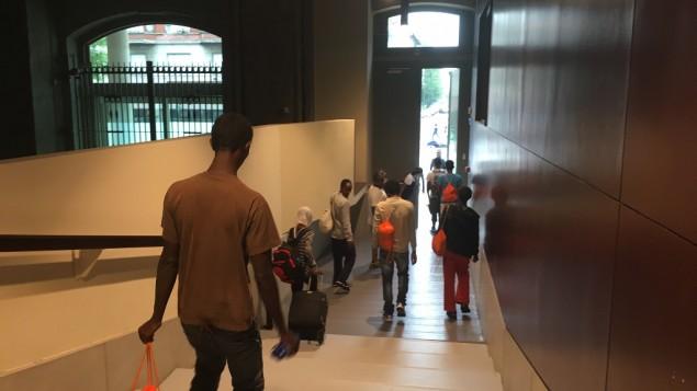 Même si me refuge du mémorial est fermé pendant la journée, il a pu fournir aux réfugiés un déjeuner à emporter, à Milan, en août 2016. (Crédit : Rossella Tercatin/ Times of Israel)