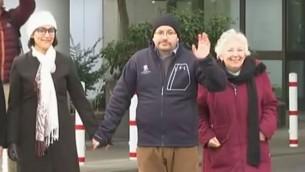 Le journaliste du Washington Post Jason Rezaian, au centre, avec son épouse, Yeganeh Salehi, et sa mère, Mary Reazaian, en Allemagne après sa libération d'une prison iranienne, le 20 janvier 2016. (Crédit : capture d'écran YouTube)