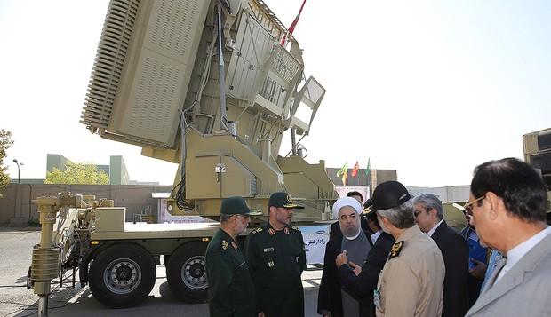 Le président iranien Hassan Rouhani (3° à droite) et son ministre de la Défense Hossein Dehghan (2° à gauche) près du nouveau système de défense anti-missiles Bavar 373 à Téhéran, le 21 août 2016. (Crédit : Présidence iranienne/AFP)