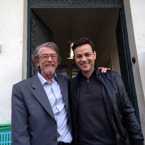 Les acteurs John Hurt et Aki Avni sur le tournage de 'The Damascus Cover' au Maroc. (Crédit : autorisation d'Howard Kaplan)