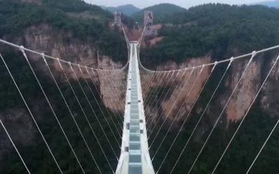 Le pont du grand canyon de Zhangjiajie, en Chine, conçu par l'architecte israélien Haim Dotan, inauguré en août 2016. (Crédit : capture d'écran YouTube)
