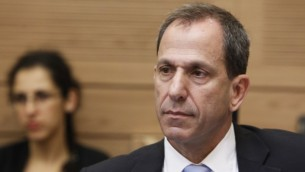 Le professeur Shmuel Hauser, président de l'Autorité des titres israélienne, à la commission des Finances de la Knesset. (Crédit : Miriam Alster/Flash90)