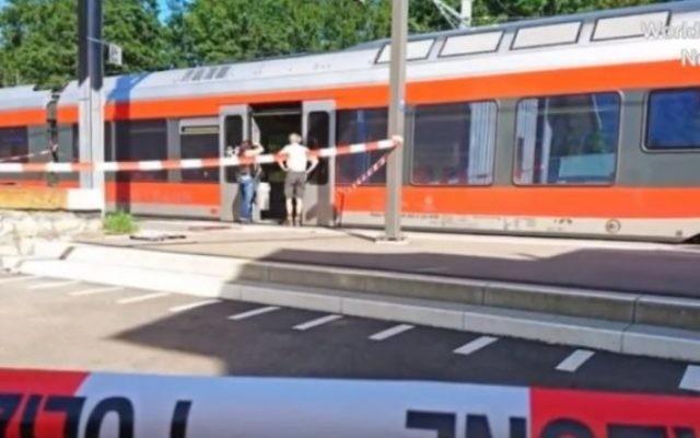 Les autorités suisses inspectent un wagon de train après une attaque contre plusieurs passagers, dont un enfant de 6 ans, le 13 août 2016. (Crédit : capture d'écran YouTube)