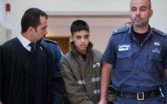 L'avocat Tareq Barghout (à gauche) avec son client accusé de terrorisme, Ahmed Manasra, 13 ans, à la cour du district de Jérusalem, le 25 octobre 2015. (Crédit : Yonatan Sindel/Flash90)