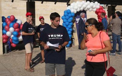 Un jeune portant une chemise de campagne de Donald Trump faisant partie de la branche israélienne du parti républicain américain dans la ville de Modiin, le 15 août 2016 (Crédit: MENAHEM KAHANA / AFP / Getty Images)