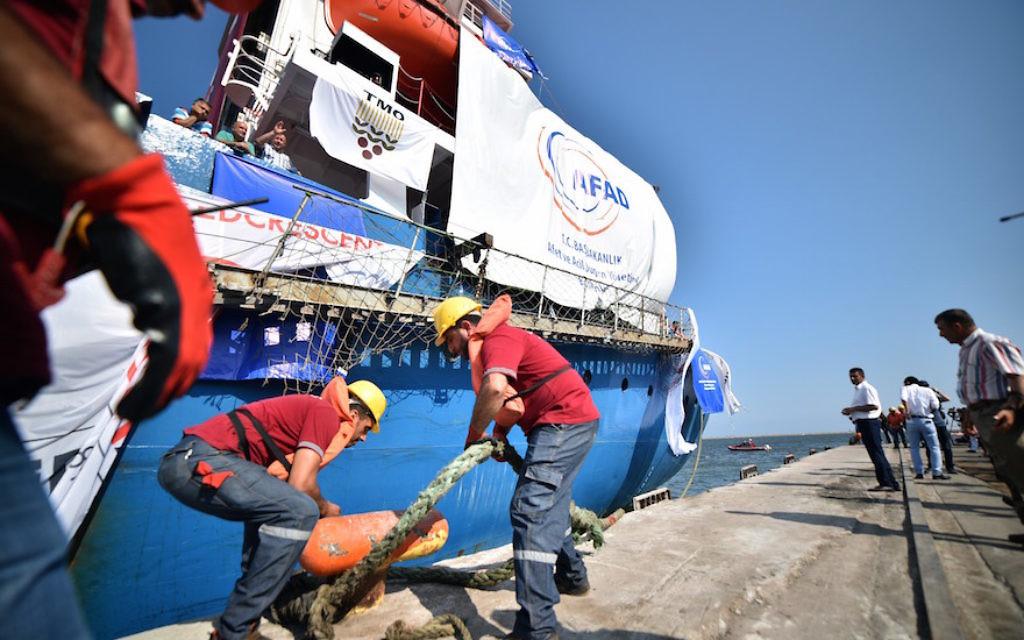 """Un navire, """"Lady Leyla"""", pendant que le gouvernement turc envoie de l'aide humanitaire dans la bande de Gaza après l'accord de réconciliation israélo-turque, à Mersin, en Turquie, le 1er juillet 2016. (Crédit : Sezgin Pancar/Anadolu Agency/Getty Images)"""