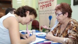 Une nouvelle immigrante s'inscrivant pour des cours d'hébreu à l'Oulpan Etzion à Jérusalem, en 2012 (Crédit photo: Oren Nahshon / Flash90)