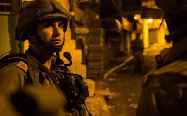 Raid nocturne de l'armée israélienne en Cisjordanie, le 1er août 2016. (Crédit : armée israélienne)