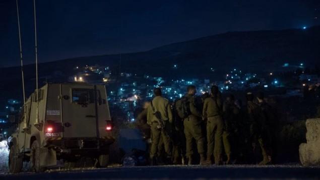 Soldats israéliens pendant un raid nocturne dans le nord de la Cisjordanie, le 18 août 2016. (Crédit : unité des porte-paroles de l'armée israélienne)