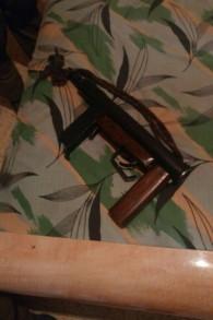 """Des soldats israéliens ont découvert une arme semi automatique de type """"Carlo"""" parmi d'autres armes à feu, ainsi qu'une fausse carte d'identité israélienne, à Hébron, le 7 août 2016. (Crédit : unité des porte-paroles de l'armée israélienne)"""