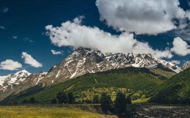 Le mont Ouchba, en Géorgie. (Crédit : capture d'écran YouTube)