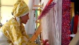 Une femme tisse un parochet en préparation au troisième Temple dans l'implantation d'Itamar en Cisjordanie (Captur d'écran: Deuxième chaîne)