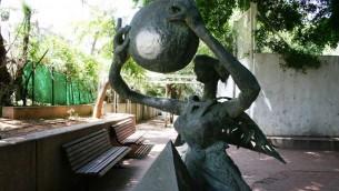 Une statue du sculpteur bien connu Bernard Reder dans un petit parc de la rue Dizengoff. (Photo: Shmuel Bar-Am)