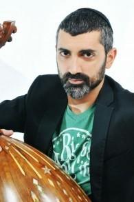 Ziv Yehezkel, musicien qui fusionne classique et contemporain dans sa musique arabe. (Crédit : Eyal Cohen)