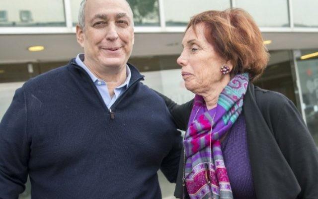 Chemi Peres et Tsvia Walden, deux des enfants de l'ancien président Shimon Peres, devant l'hôpital Tel Hashomer de Ramat Gan, le 14 janvier 2016. (Crédit : AFP/Jack Guez)