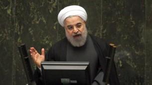Le président iranien Hassan Rouhani s'exprime devant le parlement après la levée des sanctions par l'accord nucléaire, à Téhéran, le 17 janvier 2016. (Crédit : AFP/Atta Kenare)