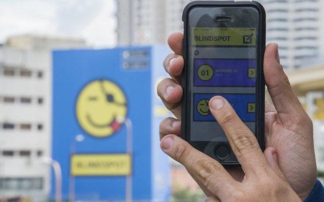 Une photo prise le 20 Janvier 2016 montre un smartphone qui utilise l'application de messagerie israélienne anonyme Blindspot à Tel Aviv (Crédit : AFP / JACK GUEZ)