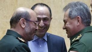 Le ministre russe de la Défense Sergeuï Choïgou, à droite, et son homologue iranien Hossein Dehghan, à gauche, à Moscou, le 16 février 2016. (Crédit : Vadim Savitsky/Pool/AFP)