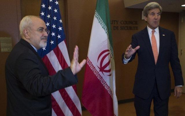 John Kerry avec le ministre iranien des Affaires étrangères Mohammad Javad Zarif, aux Nations unies, à New York, le 19 avril 2016. (Crédit : Don Emmert/AFP)