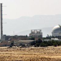 Vue partielle de la centrale nucléaire de Dimona, dans le Néguev, au sud d'Israël, le 8 septembre 2002. (Crédit : Thomas Coex/AFP)