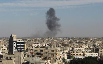 Colonne de fumée après une frappe aérienne israélienne à Rafah, dans le sud de la bande de Gaza, le 5 mai 2016. (Crédit : AFP/Said Khatib)