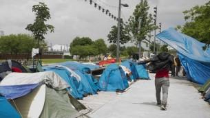 Les réfugiés et les migrants dans un camp de fortune à Paris le 27 mai 2016. (Crédit : AFP / JOEL SAGET)