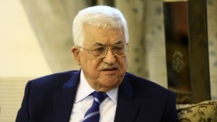 Le président de l'Autorité palestinienne Mahmoud Abbas à l'aéroport de Khartoum, le 19 juillet 2016 (Crédit : AFP / Ashraf Shazly)