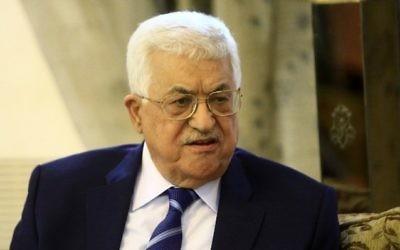 Le président de l'Autorité palestinienne Mahmoud Abbas à l'aéroport de Khartoum, le 19 juillet 2016. (Crédit : AFP/Ashraf Shazly)