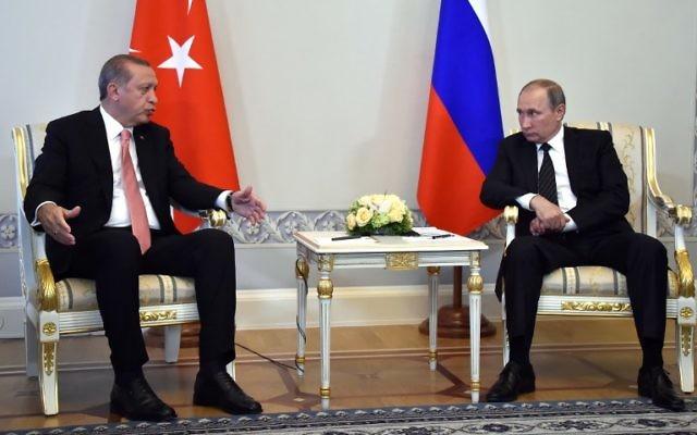 Le président russe Vladimir Poutine et le président turc Recep Tayyip Erdogan au Palais Konstantinovsky Palace près de Saint-Pétersbourg, le 9 août 2016. (Crédit : Alexander Nemenov/AFP)