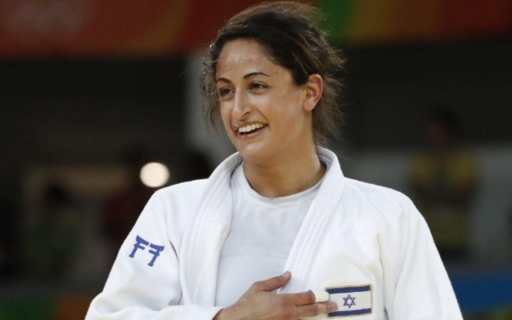 Yarden Gerbi d'Israël après avoir battu Miku Tashiro du Japon pour remporter la médaille de bronze en catégorie moins de 63 kg à l'épreuve de judo féminin aux Jeux Olympiques de Rio 2016 le 9 août 2016 (Crédit : AFP PHOTO / Jack GUEZ)