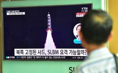 La télévision nord-coréenne diffuse le dernier test de missile balistique sous-marin lancé par la dictature, le 25 août 2016. (Crédit : Jung Yeon-Je/AFP)