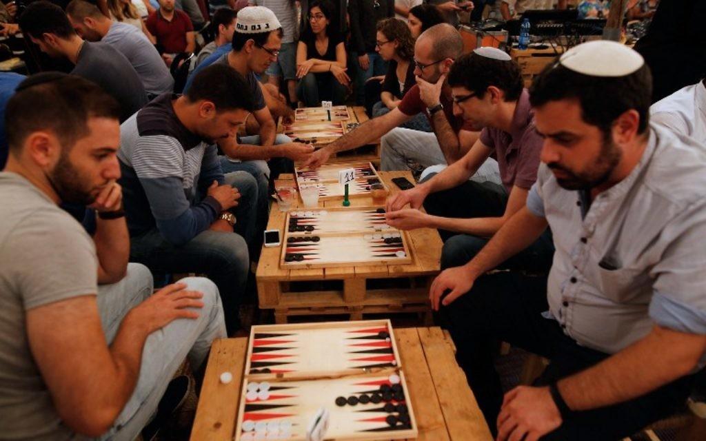 Palestiniens et Israéliens participent à un tournoi de backgammon à Jérusalem, le 31 août 2016. (Crédit : AFP/Gil Cohen-Magen)