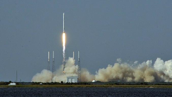 Une photo prise le 06 avril 2016 montre la roquette Falcon 9 de SpaceX soulevant un vaisseau-cargo Dragon sans pilote de la plate-forme de lancement à Cap Canaveral, en Floride (Crédit : Bruce Weaver / AFP Photo / AFP)