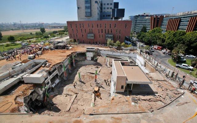 Les sauveteurs sur le site de l'effondrement d'un parking dans le quartier Ramat HaHayal, dans le nord de Tel Aviv, qui a tué six personnes, le 5 septembre 2016. (Crédit : AFP/Gil Cohen-Magen)