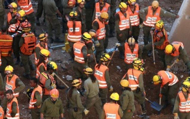 Les secouristes sur le site d'un effondrement d'un parking dans le quartier de Ramat Hahayal  à Tel Aviv, le 5 septembre 2016. (Crédit : AFP/Gil Cohen-Magen)