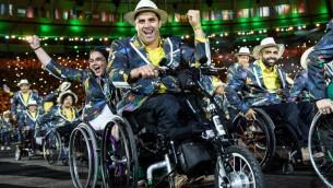 Les membres de la délégation du Brésil entrent lors de la cérémonie d'ouverture des Jeux paralympiques de Rio 2016 au stade Maracana à Rio de Janeiro le 7 septembre 2016. (Crédit : AFP / Yasuyoshi CHIBA)
