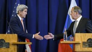 Le secrétaire d'Etat américain John Kerry (à gauche) et le ministre russe des Affaires étrangères Serguei Lavrov (à droite) pendant une conférence de presse sur la crise syrienne à Genève, le 9 septembre 2016. (Crédit : AFP/Fabrice Coffrini)