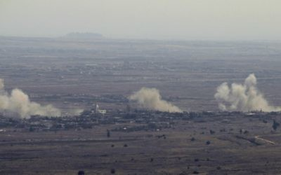 La fumée monte du village syrien de Jubata al-Khashab, après des frappes de l'armée israélienne sur des positions de l'armée syrienne en représailles après un tir de mortier syrien sur le plateau du Golan, le 10 septembre 2016. (Crédit : Jalaa Marey/AFP)