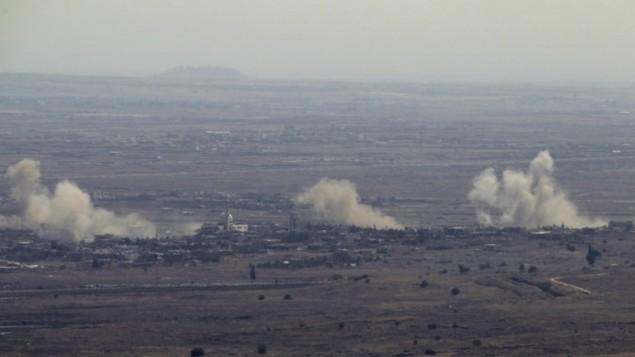 La fumée monte du village syrien de Jubata al-Khashab, après des frappes de l'armée israélienne sur des positions de l'armée syrienne en représailles après un tir de mortier syrien sur le plateau du Golan, le 10 septembre 2016. (Crédit : AFP/Jalaa Marey)