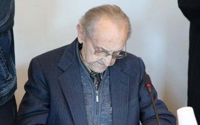 L'ancien infirmier SS Hubert Zafke, 95 ans, accusé de complicité de 3 681 meurtres à Auschwitz en 1944,  attend son procès au tribunal de Neubrandenburg, le 12 septembre 2016. (Crédit : Bernd Wüstneck/dpa/AFP)