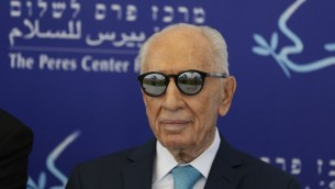 """L'ancien président Shimon Peres assiste au lancement de la """"Mini Coupe du Monde pour la Paix"""" au stade de Herzliya, le 9 mai 2016. (Crédit : AFP/Ahmad Gharabli)"""