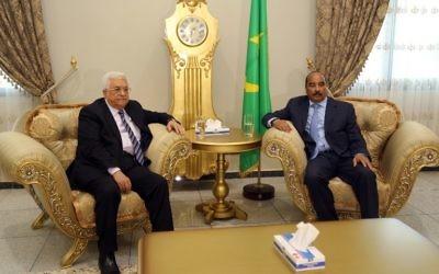 Le président de l'Autorité palestinienne Mahmud Abbas (à gauche) avec le président mauritanien Mohamed Ould Abdel Aziz au palais présidentiel de Nouakchott, le 14 septembre 2016. (Crédit : AFP/Stringer)
