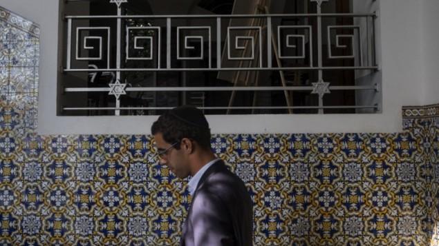 Un membre de la communauté juive de Porto à la synagogue Kadoorie Mekor Haim avant l'office de Shabbat, le 2 septembre 2016. (Crédit  : AFP/Miguel Riopa)
