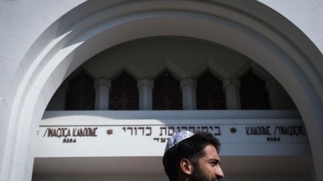 Jonathan Rideau, membre de la communauté juive de Porto, arrive à la synagogue Kadoorie Mekor Haim, le 2 septembre 2016. (Crédit  : AFP/Miguel Riopa)