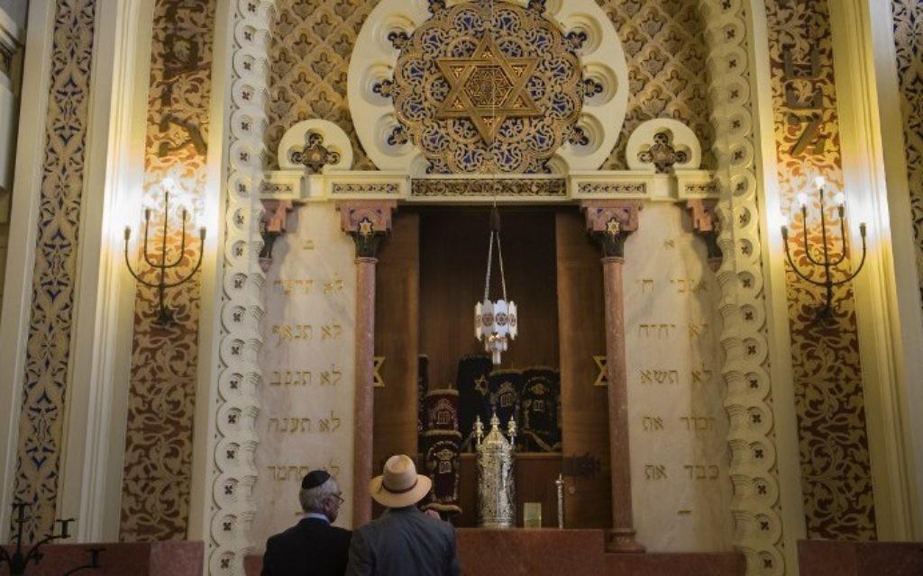 Membres de la communauté juive de Porto dans la synagogue Kadoorie Mekor Haim, le 2 septembre 2016. (Crédit  : AFP/Miguel Riopa)