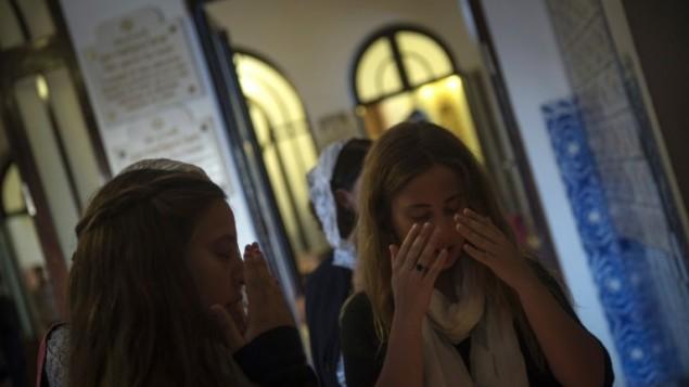 Membres de la communauté juive de Porto à la synagogue Kadoorie Mekor Haim avant l'office de Shabbat, le 2 septembre 2016. (Crédit  : AFP/Miguel Riopa)