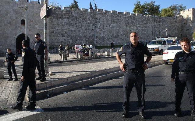 La police israélienne monte la garde rue du sultan Souleymane, près de l'entrée de la porte d'Hérode de la Vieille Ville de Jérusalem, où un homme de Jérusalem Est a poignardé et blessé deux policiers israéliens, le 19 septembre 2016. (Crédit : AFP/Menahem Kahana)
