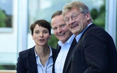 Les dirigeants de l'Afd Frauke Petry (à gauche) et Joerg Meuthen (à droite), et le candidat de l'AFD pour Berlin, Georg Pazderski, arrivant à une conférence de presse un jour après les élections régionales à Berlin, le 19 septembre 2016 (Crédit : AFP/Tobias Schwarz)
