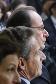 Le président français François Hollande (en haut) et son prédécesseur Nicolas Sarkozy pendant une cérémonie à l'Hôtel des Invalides, à Paris, le 19 septembre 2016. (Crédit : AFP/Pool/Michel Euler